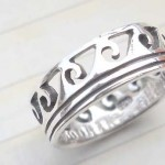 Outstanding 925. stamped silver ring with empty wavy design